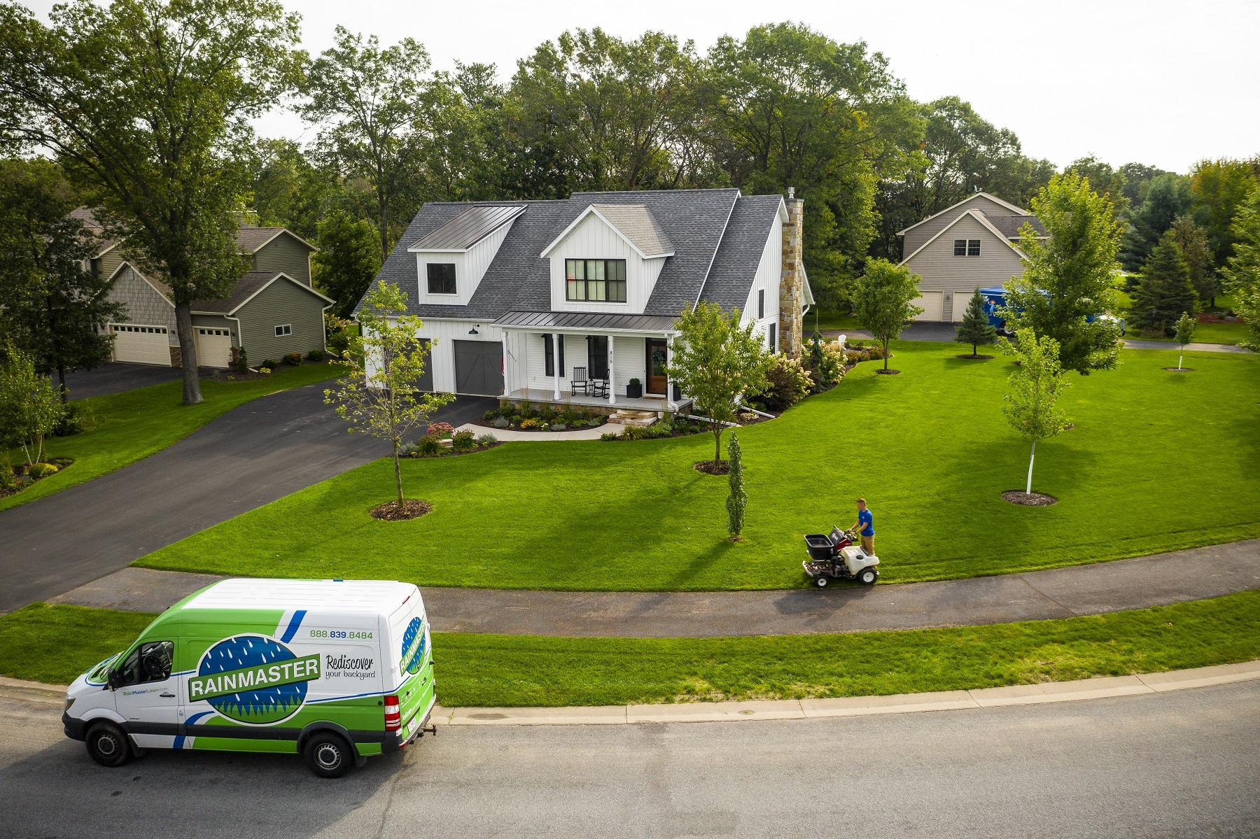 Rainmaster crew fertilizing a customers lawn